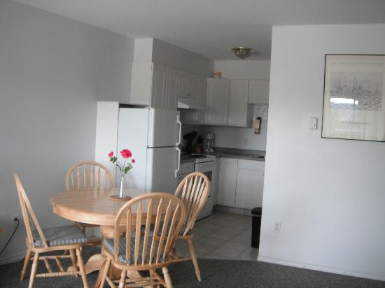 Crescent Motel : Suite - Kitchen & Dining Area
