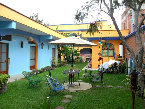 Azul Cielo Hostel: patio y cuartos