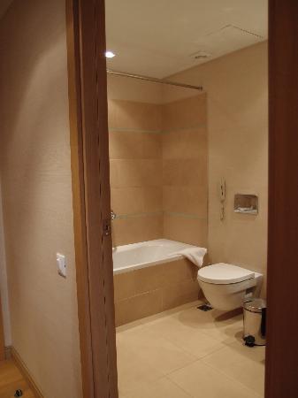 Galaxy Hotel Iraklio: Bathtub