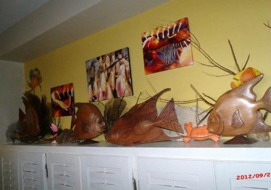 Silver Sands Vacation Villas: Decoration in downstairs hallway. Samples of the carvings from local artisans at Fisherman's Bea