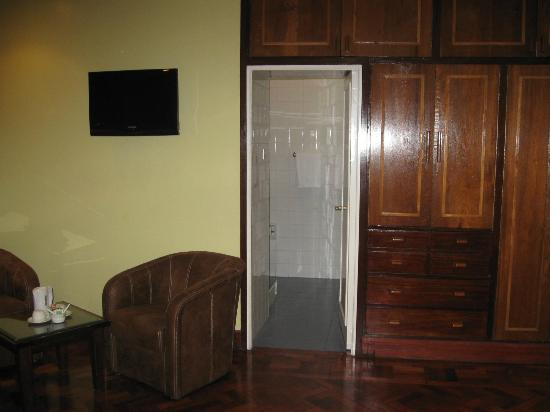 Fairview Hotel: Business-size room and entrance to bathroom