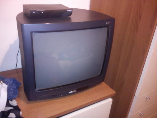Hotel Giardino Tower Inn: Questo è un televisore LCD??? forse 15 anni fà!