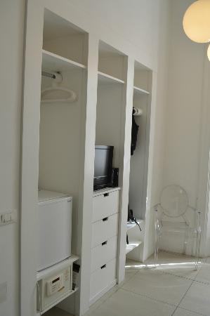 Bed & Breakfast Enjoy Rome: Placard, con lcd, frigobar y safe box