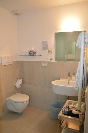 Bed & Breakfast Enjoy Rome: Baño amplio hab 3