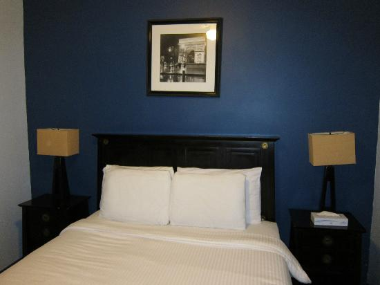 Broadway Hotel and Hostel: Private Room = Queen Bed