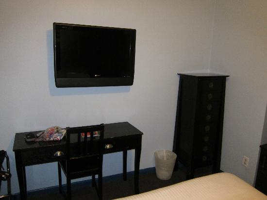 Broadway Hotel and Hostel: Flat Screen TV & Table with Chair