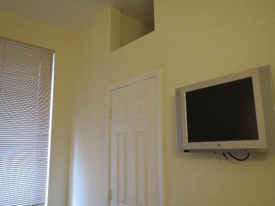 Americana Inn: Teve e armário do quarto