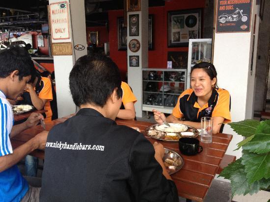 Nicky's Handlebar: very nice Staff enjoy Lunch