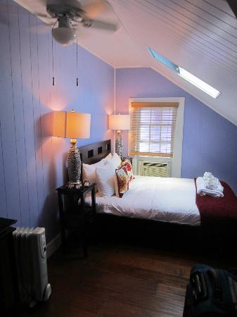Artist House on Fleming: 2nd room with double bed.