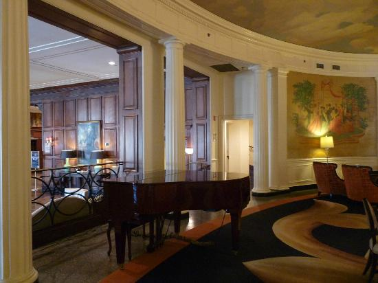 The Hotel Roanoke & Conference Center, Curio Collection by Hilton: upper lobby area with grand piano