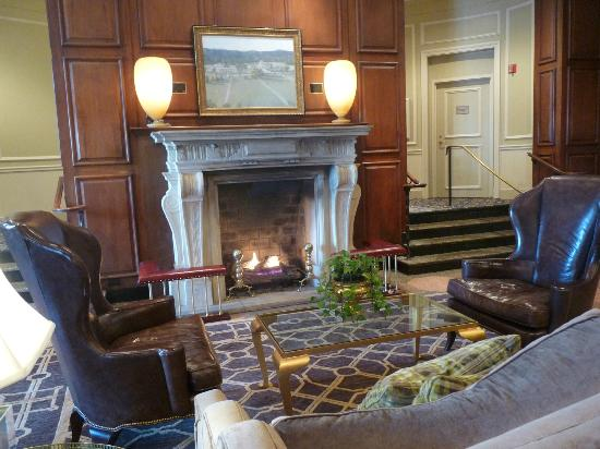 The Hotel Roanoke & Conference Center, a Doubletree by Hilton Hotel: fireplace in lobby