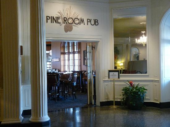 The Hotel Roanoke & Conference Center, Curio Collection by Hilton: Pine Room Pub