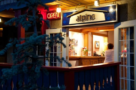 Alpine Inn and Suites: Front office at Night