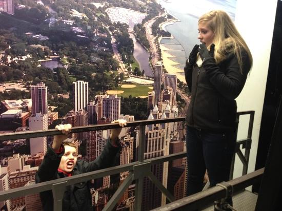 John Hancock Center/Aussichtsetage: Oh no little brother! I never meant those awful things I always say about you! ��