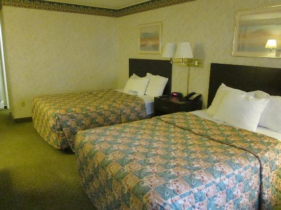 Days Inn Poughkeepsie: full/double, not queen beds