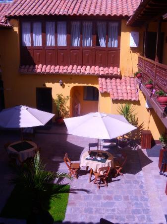 Hostal Quipu Cusco: Vista al patio desde el segundo piso.