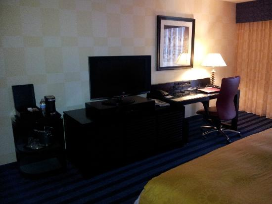 Renaissance Denver Stapleton Hotel: Coffee, TV, and work area (chair not comfortable) Rm 1230