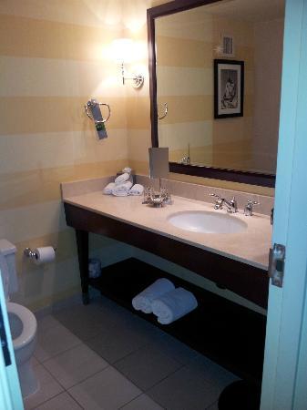 Renaissance Denver Stapleton Hotel: Nice size bathroom Rm 1230