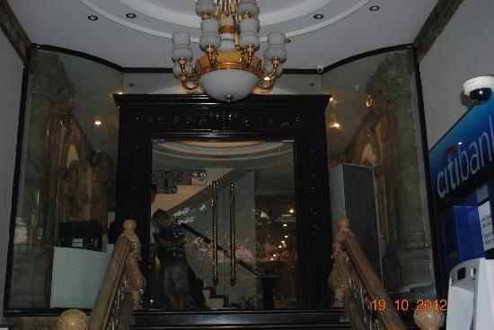 Hanoi Meracus Hotel 1: Entrance to hotel