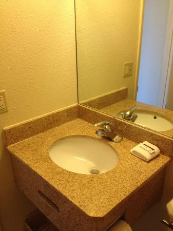 Budget Inn: Bathroom