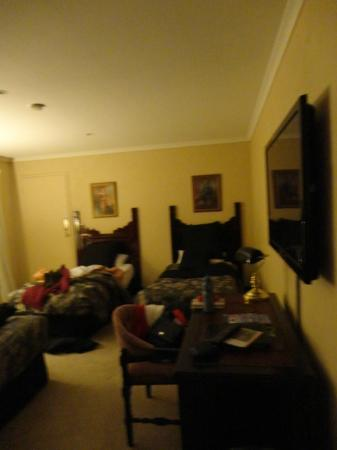 Albury Manor House: Twin beds in triple room
