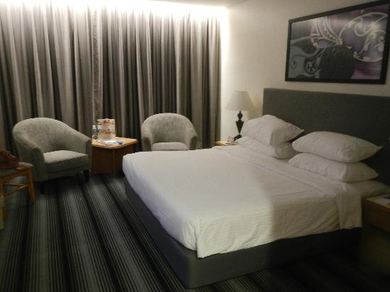 Concorde Inn Kuala Lumpur International Airport: Hotel room and king size bed.