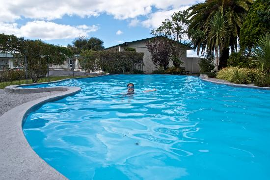 Cleveland Thermal Motel: The Cleveland has the biggest & warmest swimming pool of all motels in Rotorua.