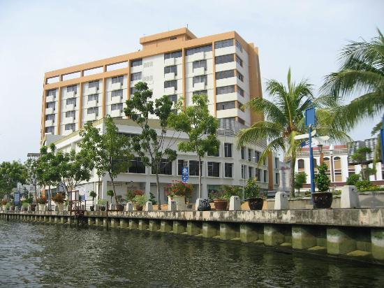 Wana Riverside Hotel: View from the river