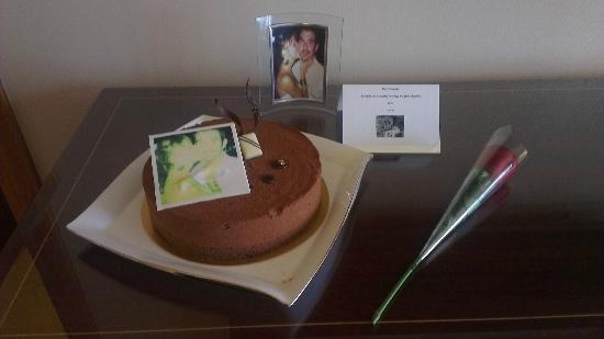 The Ritz-Carlton Jakarta, Mega Kuningan: The cake with photo and rose when we arrived.