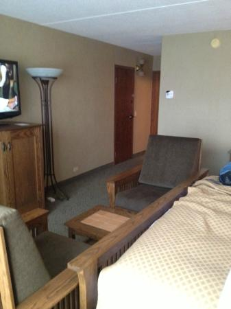 DoubleTree by Hilton Libertyville - Mundelein: Odd configuration of extra large chairs.