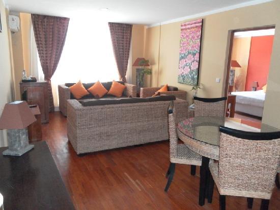 Sharon Hotel : chambre suite salon