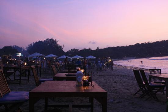 Aahh Bali Bed & Breakfast : Beach dinner