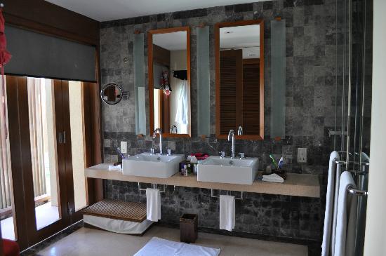 พาราไดซ์ ไอแลนด์ รีสอร์ท แอนด์ สปา: The Bathroom