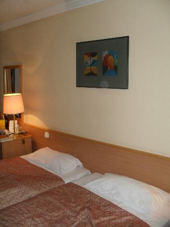 Danubius Hotel Arena: Bei vier Sterne sollte das Zimmer besser ausgestattet sein.