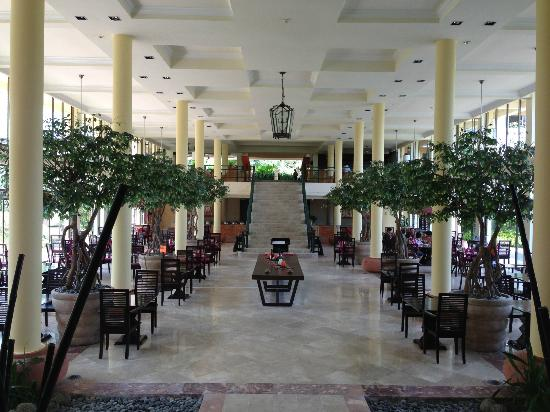 Angsana Bintan : Cavernous Central Hall with Dining on each side