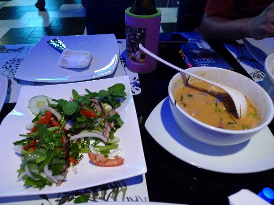 Oasis Lounge: Refreshing salad (good!) and Red Curry