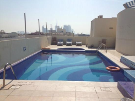 Ascot Hotel Apartment: Rooftop pool looking to the city