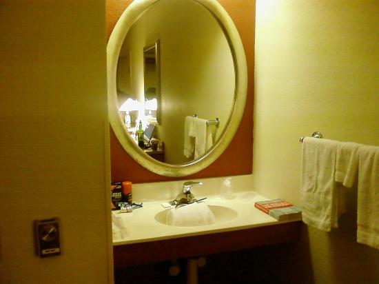 Motel 6 Nashua South: Large decorative mirror over sink and everything was clean!