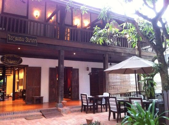 3 Nagas Luang Prabang MGallery by Sofitel: bar and breakfast area facing the street