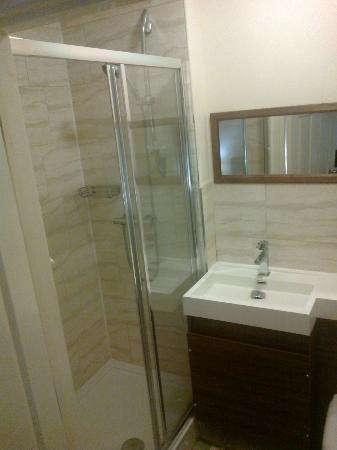 Travellers Inn: bathroom