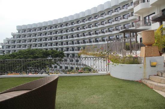 Shangri-La's Rasa Sentosa Resort & Spa: Private Porch/Lawn area