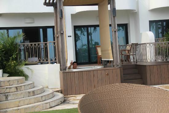 Shangri-La's Rasa Sentosa Resort & Spa: Lawn area and outdoor jacuzzi