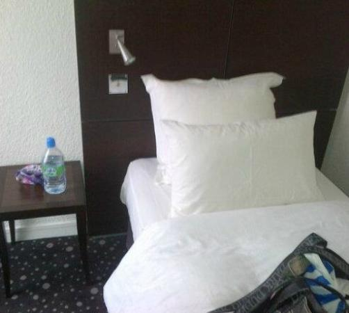 Le 55 Montparnasse Hotel: Single bed in triple room
