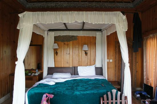 Cendana Resort and Spa: Bedroom with a/c and minibar