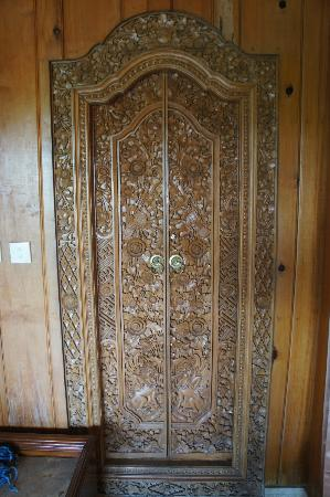Cendana Resort and Spa: Door between hall and bedroom