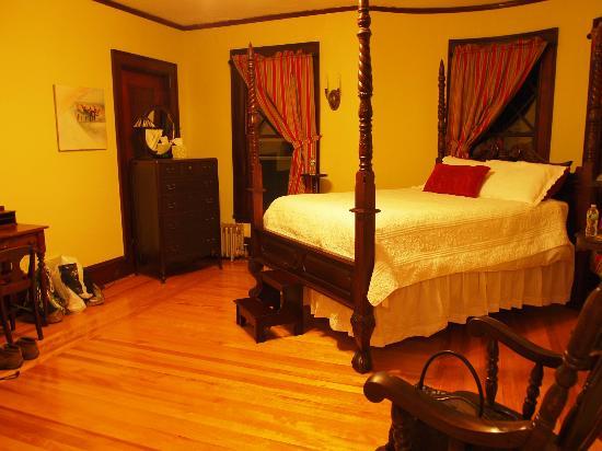 The Mulburn Inn at Bethlehem: Hinter dieser Tür befindet sich das Badezimmer des nächsten Raumes