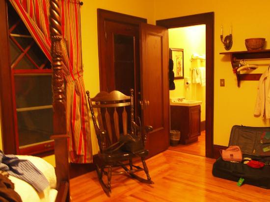 The Mulburn Inn at Bethlehem: hinter der geschlossenen Tür befindet sich das Bad des nächsten Zimmers