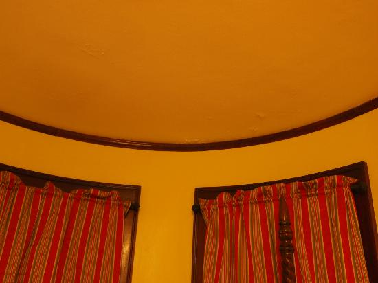The Mulburn Inn at Bethlehem: loser Putz an der Decke über dem Bett