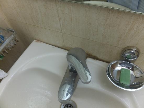 Hotel Suncity Apollo, Mumbai: Dirty bathroom 2