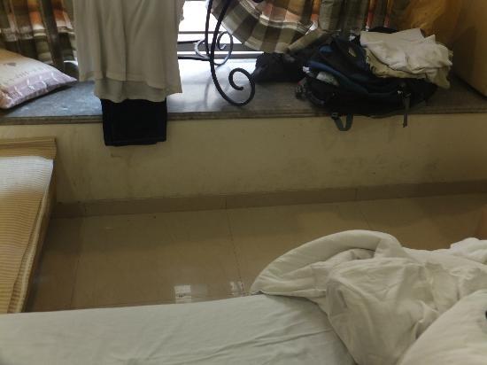 Hotel Suncity Apollo, Mumbai: Dirty room